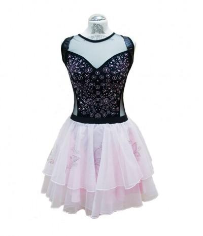 sukienka ozdobiona z użyciem dżetów