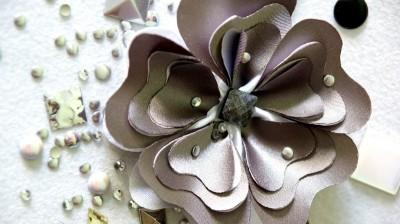 kwiat z elementami dżetowymi