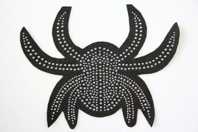 pająk wykonany z ozdób hot fix