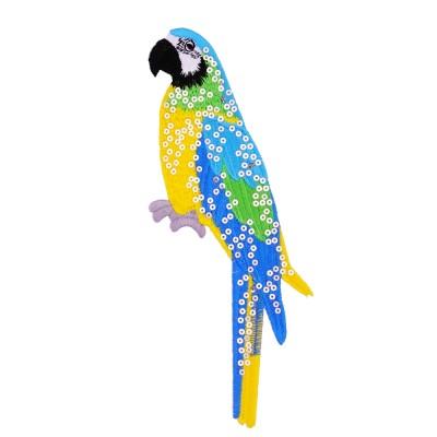 papuga wykonana z cekinów